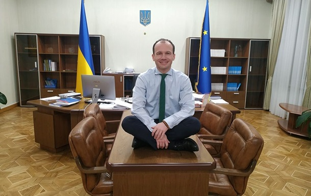 Звіт за 100 днів: міністр юстиції зробив фото, сидячи на столі