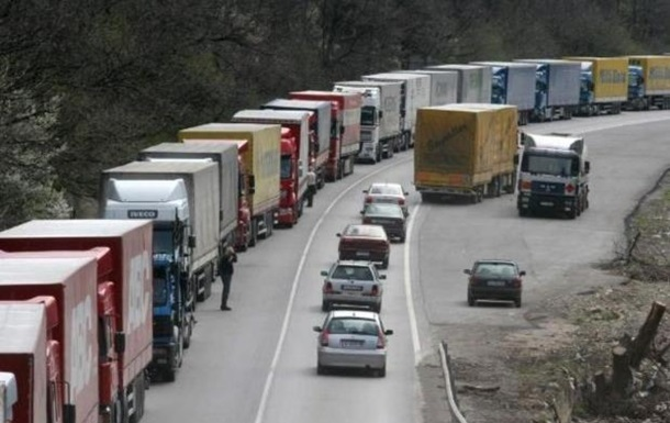 На кордоні з Польщею знову утворилася черга вантажівок: стоять 800 машин