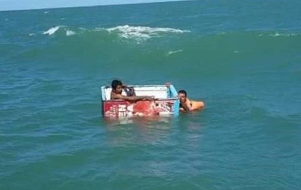 Рыбаков с затонувшего судна спас холодильник
