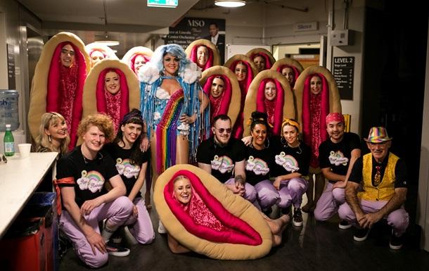 Балет в костюмах женских гениталий взорвал сеть