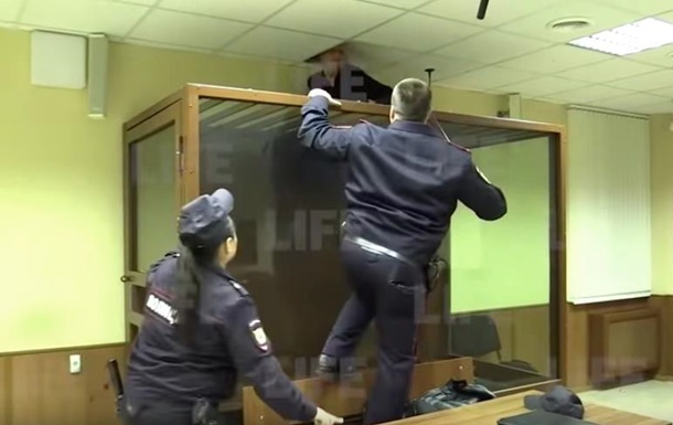 Подсудимый пытался сбежать из суда через потолок