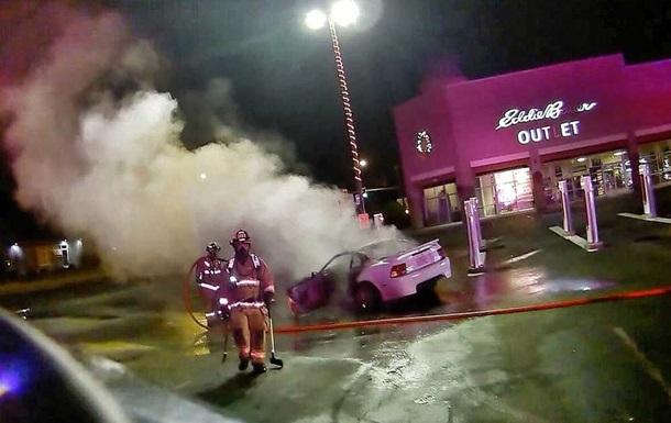 П яний  дрифтер  спалив зарядну станцію Tesla