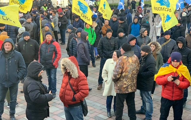 Під Раду вийшли тисячі протестувальників