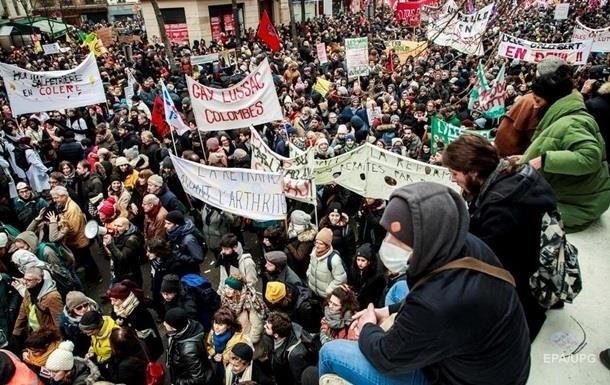 У Франції протестувальник кинув у поліцейських пляшку з кислотою