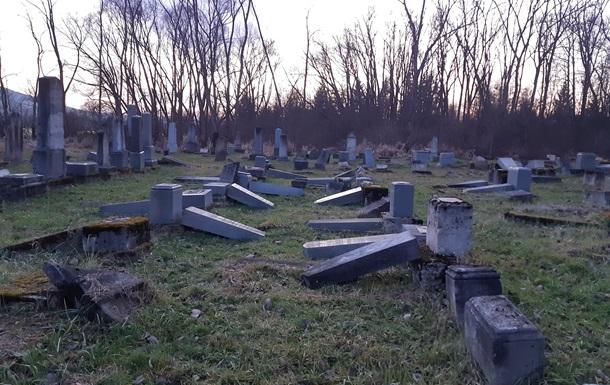 Вандали зруйнували 59 пам ятників на єврейському кладовищі в Словаччині
