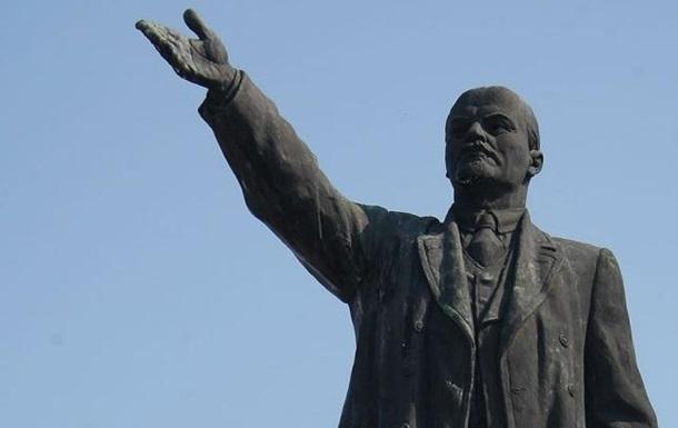В Украине снесли один из последних памятников Ленину