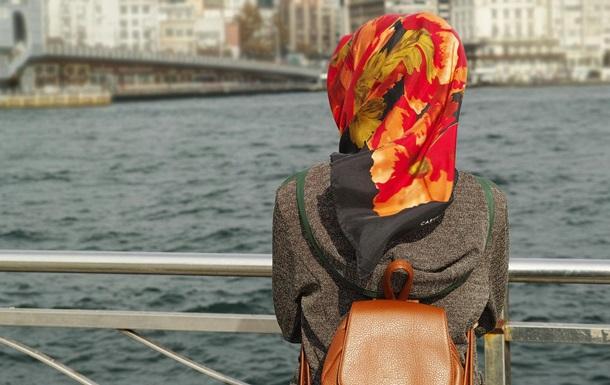 Мусульманці виплатять $ 120 тис. за наказ зняти хіджаб у в язниці