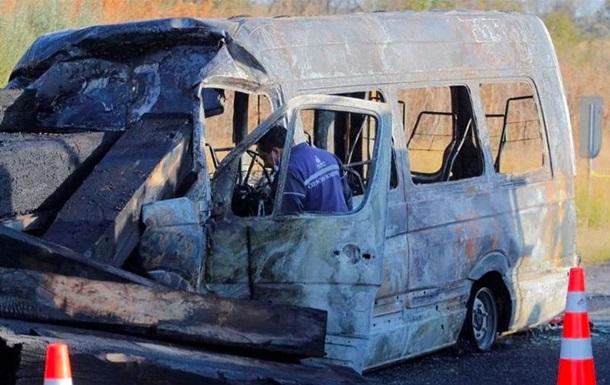 В Мексике микроавтобус врезался в грузовик: 14 жертв