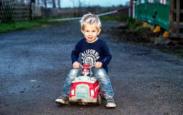 Дитина на іграшковій машині виїхала на трасу, аби врятувати батька