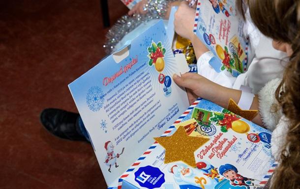 День Николая на Донбассе: 61 000 школьников получили подарки от хоккеистов и благотворителей