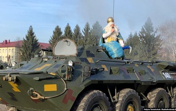 Во Львове  Святой Николай  поздравил десантников на БТРе