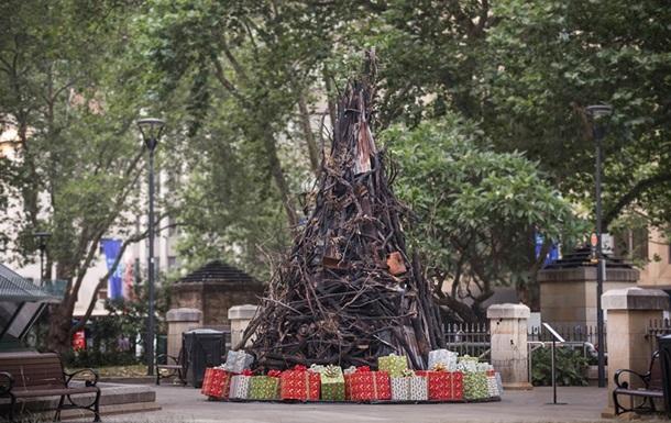 В Австралії зробили різдвяну ялинку із згорілих предметів