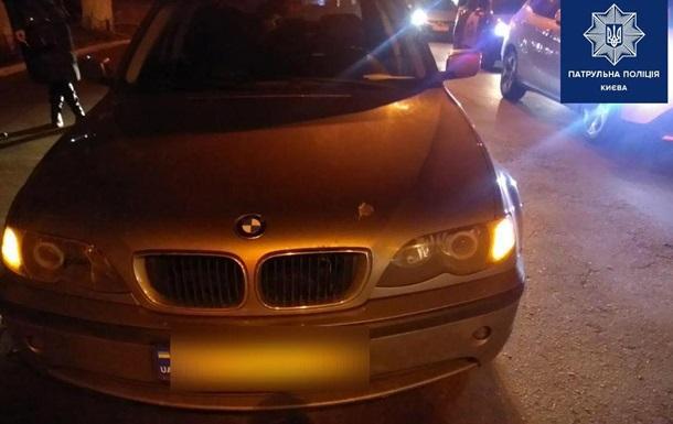 Чоловік рубав сокирою машину в центрі Києва