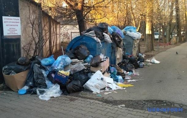 В Черновцах четыре дня не вывозят мусор