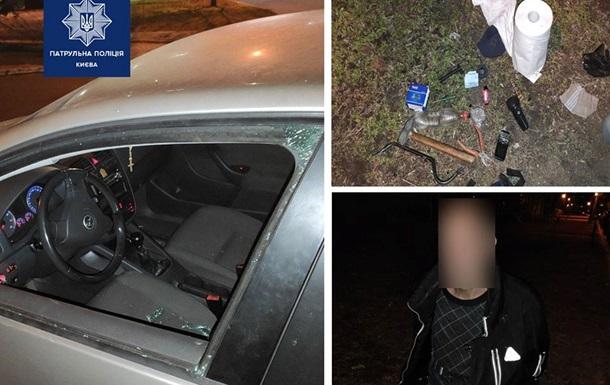 Пьяный дебошир крушил молотком авто в Киеве