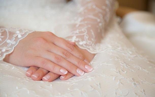 Тучную невесту высмеяли в сети за порвавшееся платье