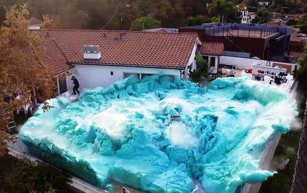 Блогер задля рекорду затопив подвір'я будинку піною
