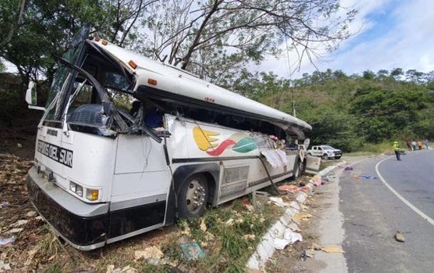У Гватемалі вантажівка протаранила автобус: 22 жертви