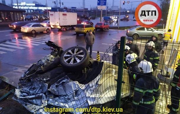 ДТП в Киеве: авто перевернулось на крышу возле АЗС