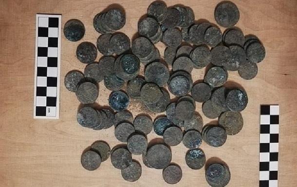 Будівельники в підвалі знайшли старовинні монети
