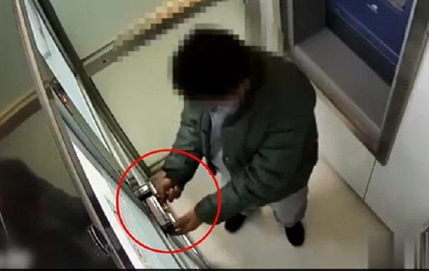 Китаєць не зміг пограбувати банкомат через віртуального помічника