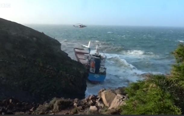 Шторм выбросил грузовое судно на скалы Сардинии