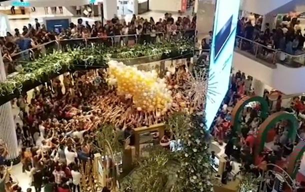 Відвідувачів ТЦ госпіталізували після бійки за подарунки