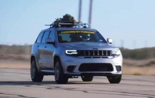 Jeep Grand Cherokee с елкой на крыше установил рекорд скорости