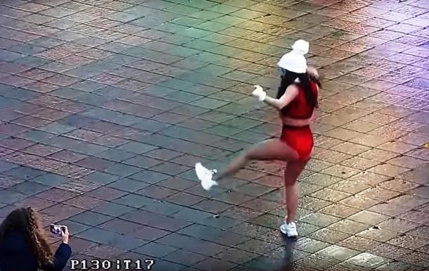 В Одессе у елки танцевала полуобнаженная девушка