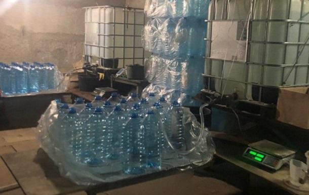 В Харькове полиция нашла 12 тонн нелегального спирта в гараже