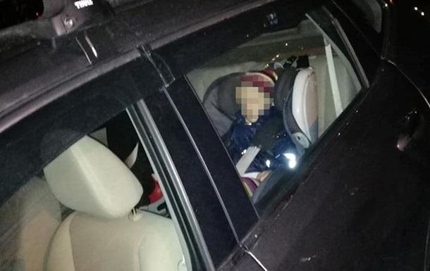 У Києві перехожі викликали поліцію до залишеної в авто дитини