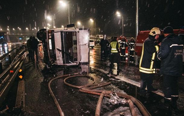 У Києві фура розчавила легковик з водієм
