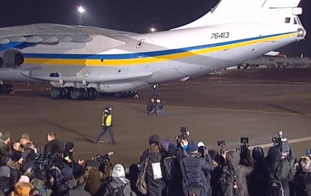 Літак зі звільненими українцями прибув до Києва