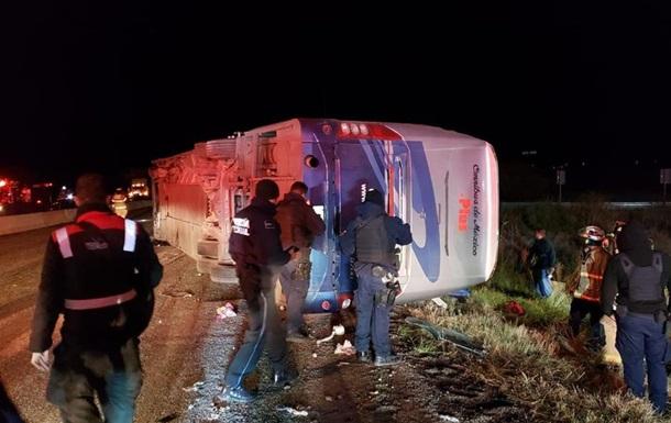 У Мексиці 20 людей постраждали через перекидання автобуса
