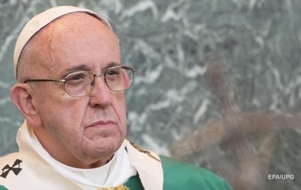 Папа Римский ударил женщину по рукам