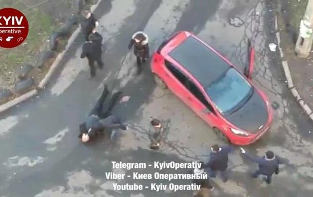 В Киеве  скорая  не могла проехать из-за авто: произошла драка