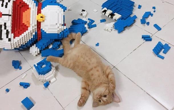 Кот сломал фигуру из конструктора с тысячами деталей