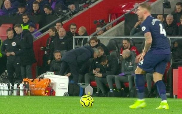 Моуріньйо отримав жовту картку за підглядання за тренером суперника