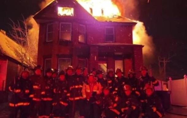 Пожежні США зробили новорічне фото на тлі палаючого будинку