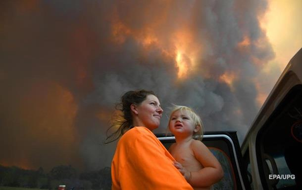 Красное небо и молнии от огня. Как горит Австралия