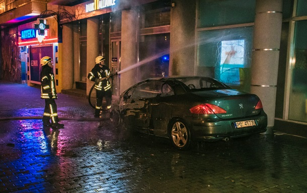 У Києві горіло авто: вогонь перекинувся на багатоповерхівку