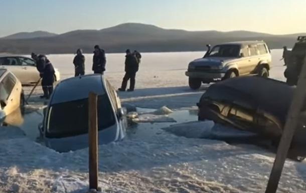 30 машин ушли под лед