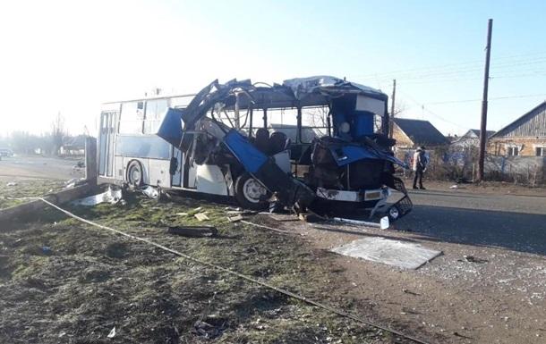 У Нікополі легковик влетів в автобус з робітниками, є жертви