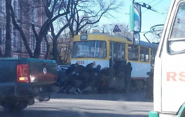 В Одессе пассажиры толкали обесточенный трамвай
