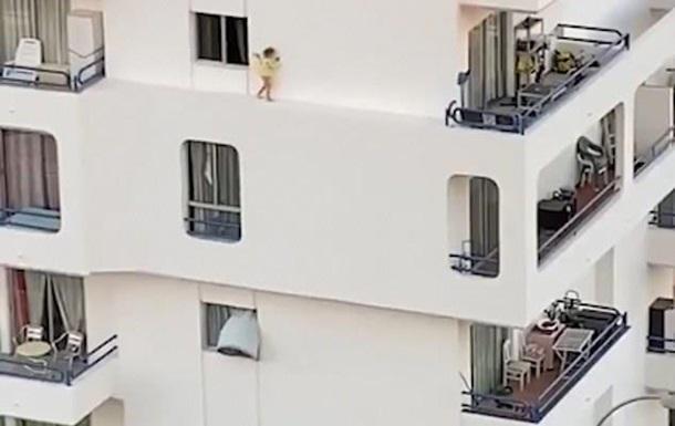 Ребенка на карнизе пятого этажа сняли на видео
