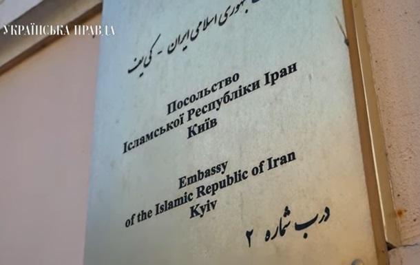 У Києві до посольства Ірану несуть квіти