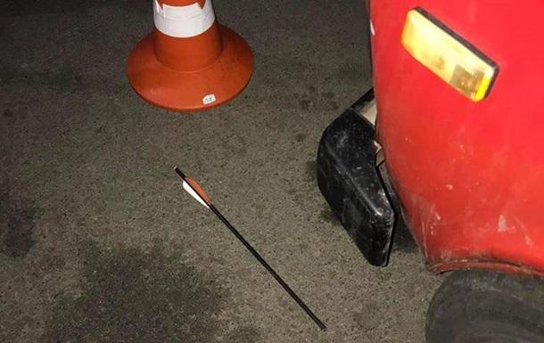 У Борисполі чиновницю поранили стрілою з арбалета
