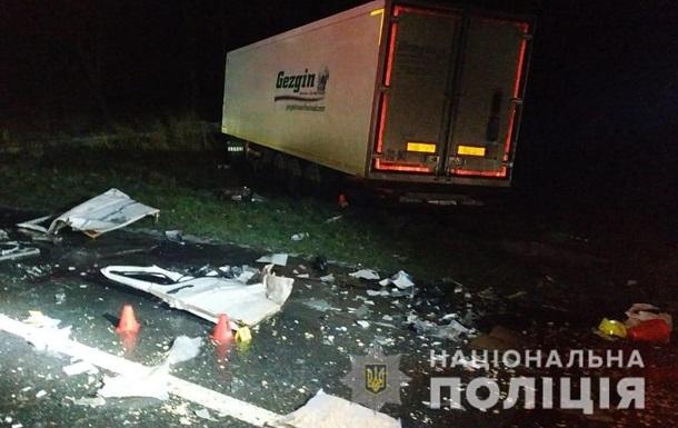 На Львовщине автобус с пассажирами столкнулся с фурой: трое погибших