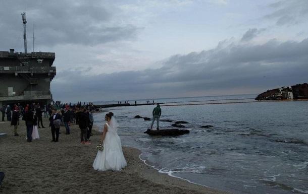 В Одессе затонувший танкер стал местом для фотосессий