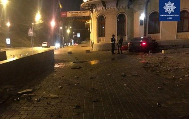 В Киеве пьяный водитель врезался в здание филармонии